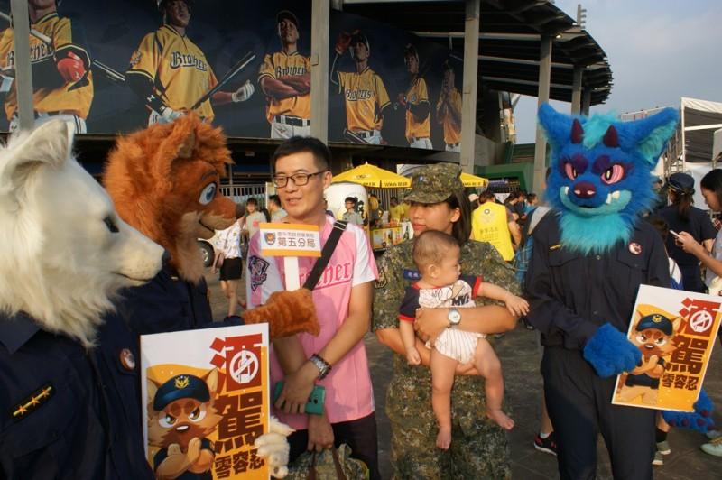 「竹本」前幾天與白狼「Mei」和龍狼「鋤燒」家族人偶現身反酒駕宣導。(記者許國楨翻攝)