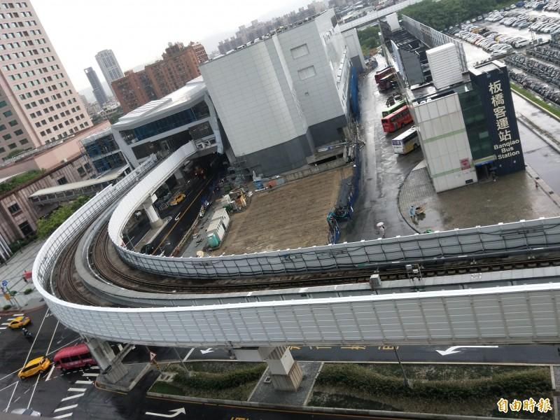 捷運環狀線在縣民大道大轉彎處的噪音,讓鄰近大樓住戶不堪其擾。(記者何玉華攝)