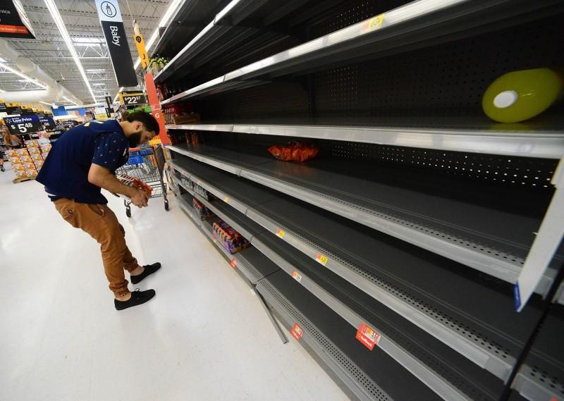 佛州州長宣布全州67個縣進入緊急狀態,呼籲居民備妥7天糧食,當地超市都被民眾搶購一空。(法新社)