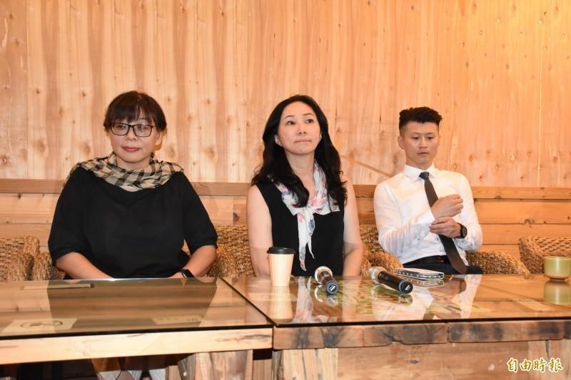 李佳芬(中)28日在2名律師陪同下召開記者會,自稱引起爭議的雲林農舍已經轉手。(資料照)