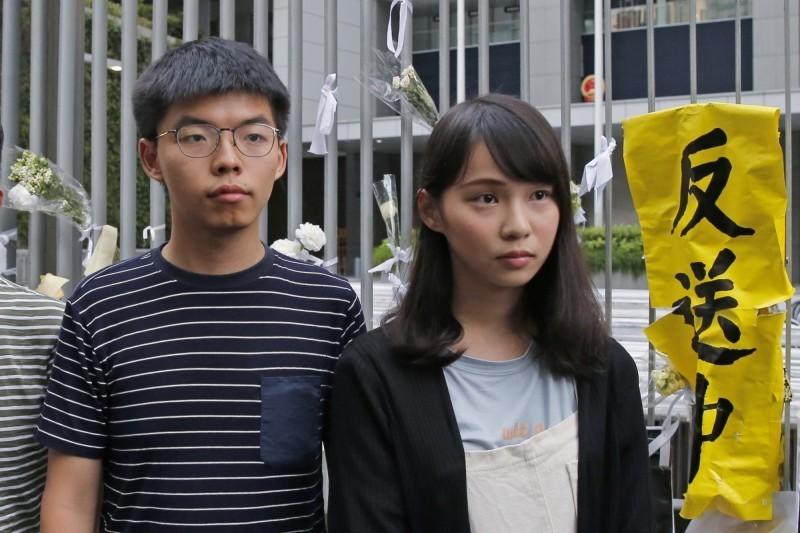 「香港眾志 Demosistō」透露,黃之鋒(左)被指涉煽惑參與未經批准集結、組織未經批准集結、參與未經批准集結3罪;周庭(右)則被控涉嫌煽惑參與未經批准集結。(美聯社)