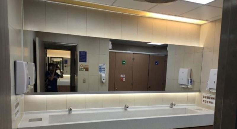 劉樂妍戴口罩前往醫院廁所拍照,向中國網友介紹自己在台灣做什麼。(圖擷取自劉樂妍臉書)