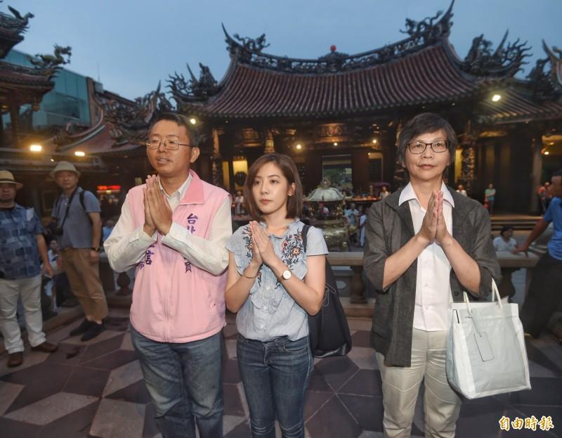 「學姊」黃瀞瑩(中)今日傍晚在市府顧問蔡壁如(右)陪同下,前往龍山寺參拜。(記者方賓照攝)