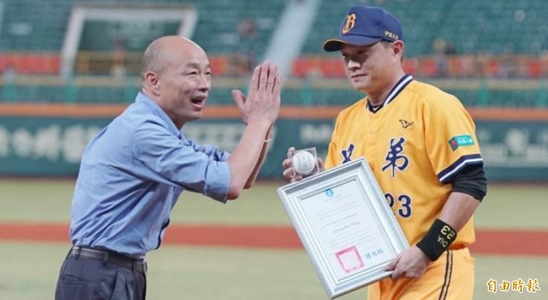 彭政閔遭韓國瑜致贈簽名球,社會輿論抨擊韓國瑜。(資料照)