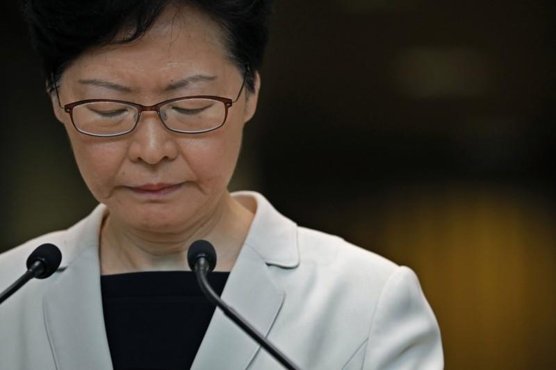 外媒爆料香港特首林鄭月娥曾提出評估報告,但中國政府拒絕讓步,顯示出香港「一國兩制」已名存實亡。(美聯社)