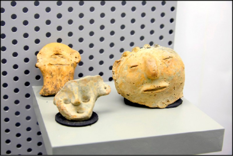 距今1,800年的蔦松文化時期,出土於道爺遺址文物-人面陶偶,有著明顯的鼻梁、眉弓特徵,及眼窩和鼻孔位置,展現蔦松人在立體捏塑工藝技術相當成熟,推測可能做為幼童玩偶或擺飾,是南科館代表性考古文物。(記者李惠洲/攝影)
