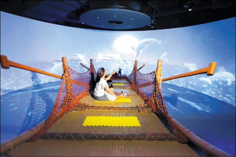 約7分鐘的「海洋劇場」,以環景動畫帶民眾回到遠古時期出海捕魚,船行時船身會真實模擬船行晃動、噴出水霧,相當刺激! (記者李惠洲/攝影)