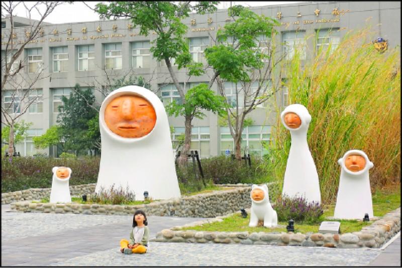 公共藝術「蔦松家」,以人面陶偶為靈感,設計具現代感的家庭成員。(記者李惠洲/攝影)