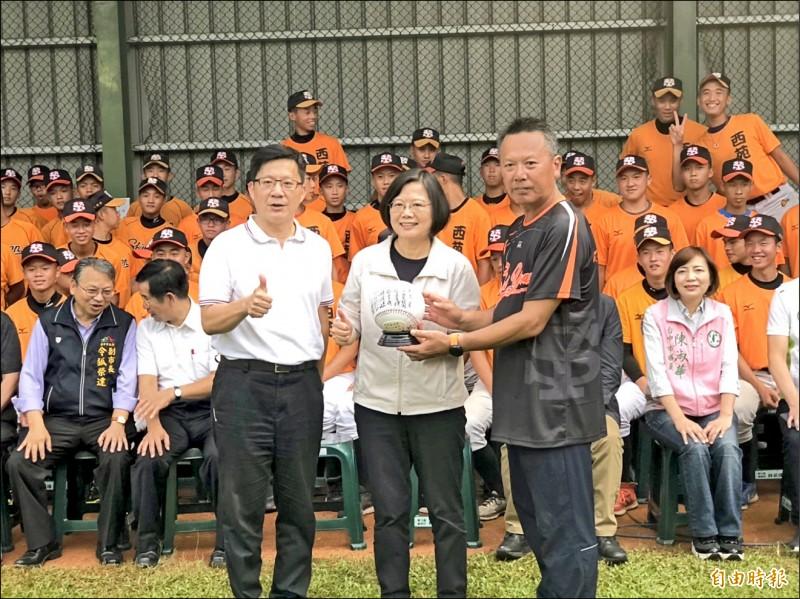 西苑高中棒球隊準備創隊二十週年紀念球給總統(中)。 (記者許國楨攝)