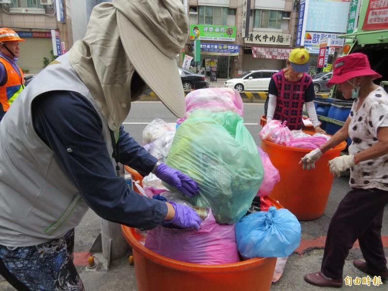 南市環保局表示,9月起將擴大執行垃圾強制分類稽查。(記者蔡文居攝)