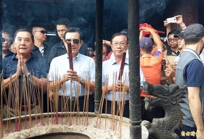 前總統馬英九在南投縣長林明溱(左3)、紫南宮主委莊秋安(左1)等人陪同下參拜。(記者謝介裕攝)