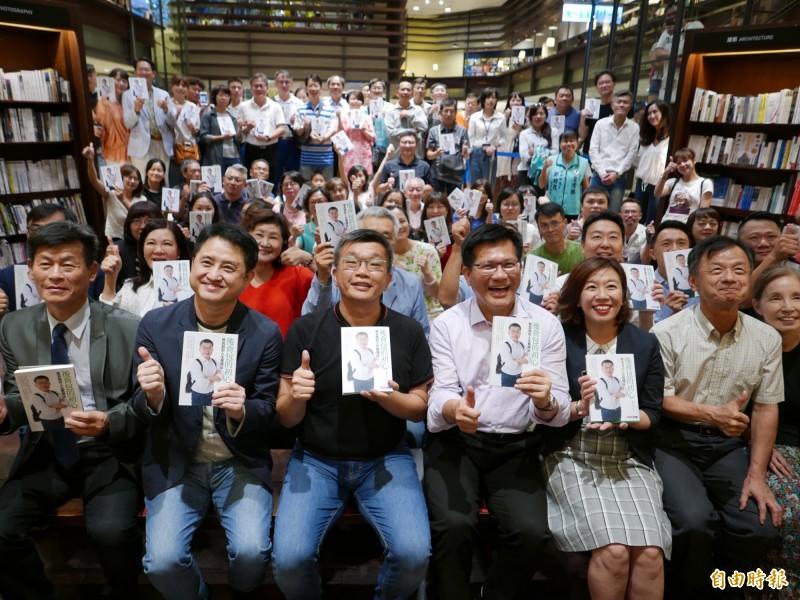 蔡其昌在台中市舉辦簽書會,林佳龍、立委林靜儀、前法務部長邱太三等人都來參加支持。(記者蔡淑媛攝)