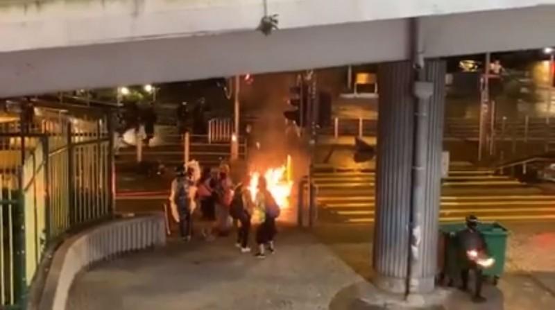 丟擲汽油彈的黑衣人士,背後都有紅色LED閃燈。(圖取自臉書公開社團on9仔女同盟會 (on9限定))