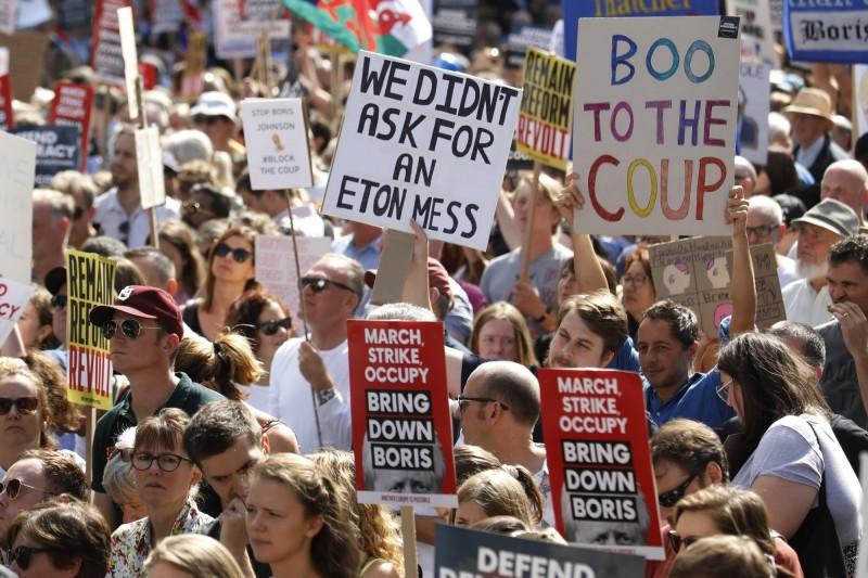 英國群眾不滿首相強森宣布延長國會休會,31日在國內各城市上街抗議,要求強森下台。(彭博)
