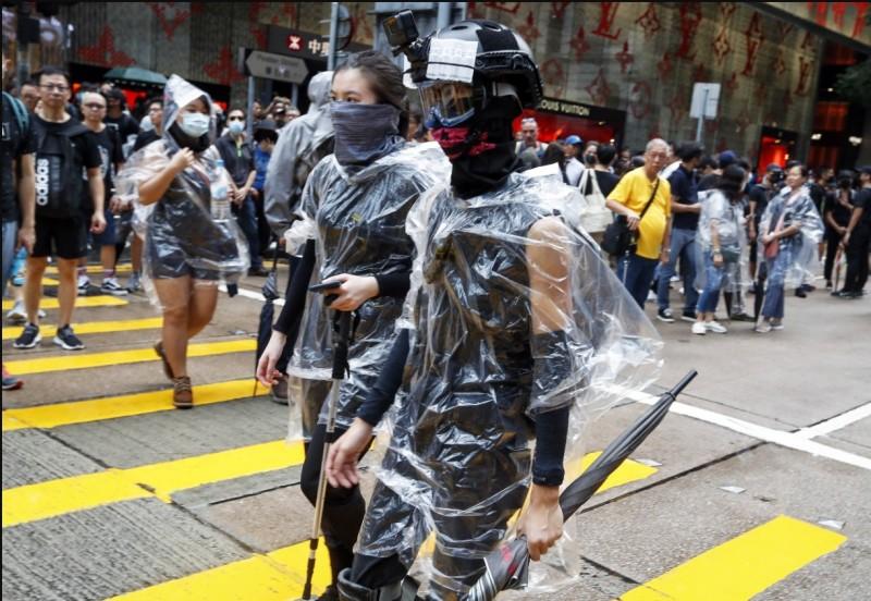 香港一名熱血老闆在反送中遊行期間,開賣「國難五金」數次,曾推出的「福袋」裡,提供了頭盔、眼罩、手套等防護用品。(圖為今日香港街頭示威民眾,歐新社)