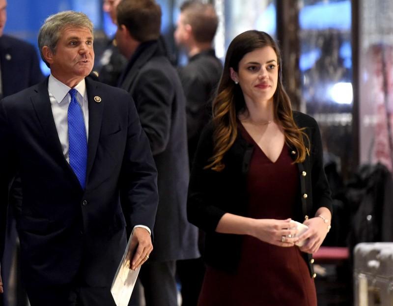 馬德蓮(右)外型亮眼,從2017年開始擔任川普的私人助理,她也是收入最高的白宮工作人員之一。(法新社)