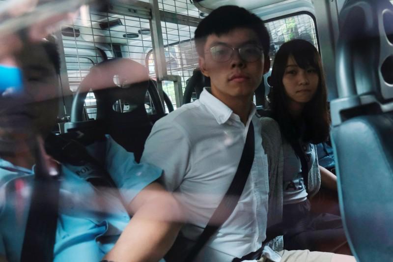 香港「民間人權陣線」(民陣)原定今天舉行「831遊行」前夕,香港政府30日大規模搜捕香港眾志秘書長黃之鋒、成員周庭等社運人士。(路透資料照)