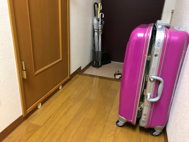 原PO在經歷「監禁事件」後學到「不要在廁所門前放置行李箱」。(圖擷取自推特)