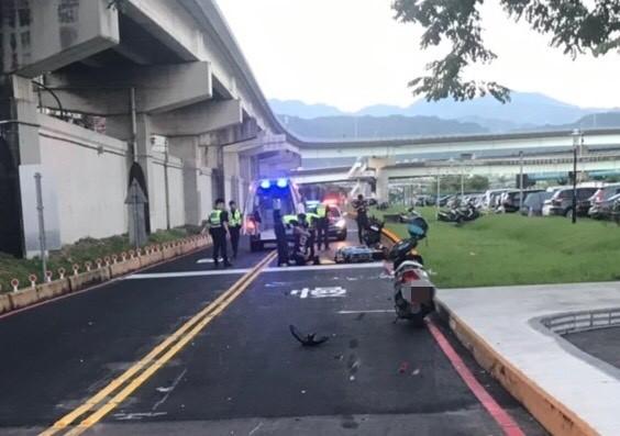 警方於事故現場進行勘查。(記者徐聖倫翻攝)