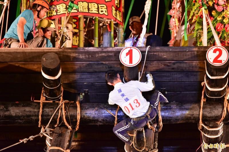 上屆搶孤冠軍李育任(左一),一路遙遙領先其他對手,但因為倒翻棚超過時間,被判失格,錯失到手的冠軍。(記者張議晨攝)
