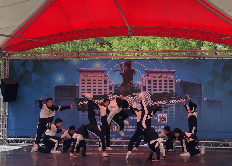 「2019新北FUN街頭」街舞大賽昨天、今天在板橋車站站前廣場舉行預賽,圖為中學生排舞。(板橋區公所提供)