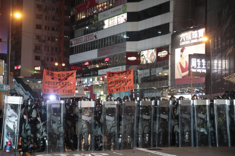 香港反送中抗爭引發警民衝突不斷,警方處理群眾運動的手法不斷引起「濫權」、「黑警」等質疑,2家足球「英超」球隊的香港球迷會表態,公開對會員中的現職員警喊話。(美聯社)
