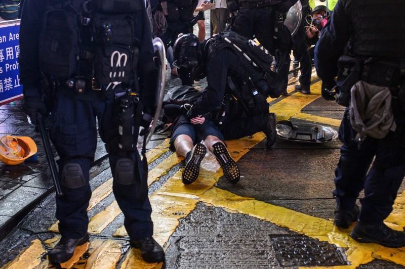 香港警方昨夜出動武力鎮壓示威者,更發射真槍實彈,成為近3個月來最嚴重的警民衝突。(法新社)