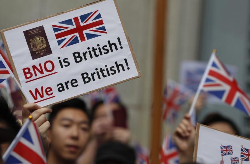 參加者在集會過程中,手上大都高舉英國國民(海外)護照(BNO),要求英方給予他們公民身分和居英權,還高呼「我們是英國人」的口號。(歐新社)
