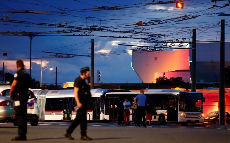 法國第3大城市里昂(Lyon)於當地時間週六驚傳歹徒持刀攻擊事件,目前已知造成1死9傷,其中3名傷者重傷。(路透)