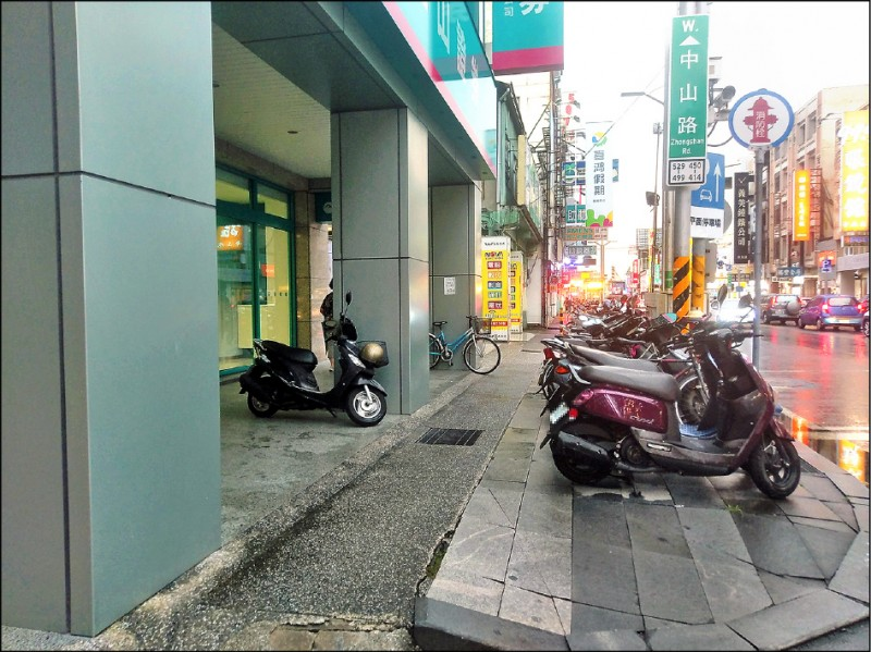 警方將針對中山路騎樓等路段違規停車、占用道路,進行取締。 (記者王善嬿攝)