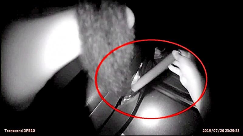 警方於蔡男車內,查獲金屬材質伸縮警棍。 (記者張瑞楨翻攝)