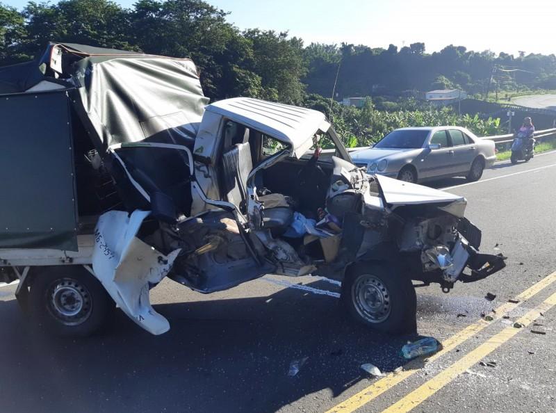 追撞後,小貨車的車頭全毀,顯見撞擊力道之大。。(記者吳俊鋒翻攝)