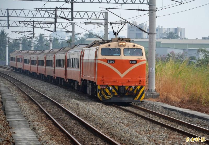 台鐵屏東線今年上半年運量大幅成長。(記者侯承旭攝)