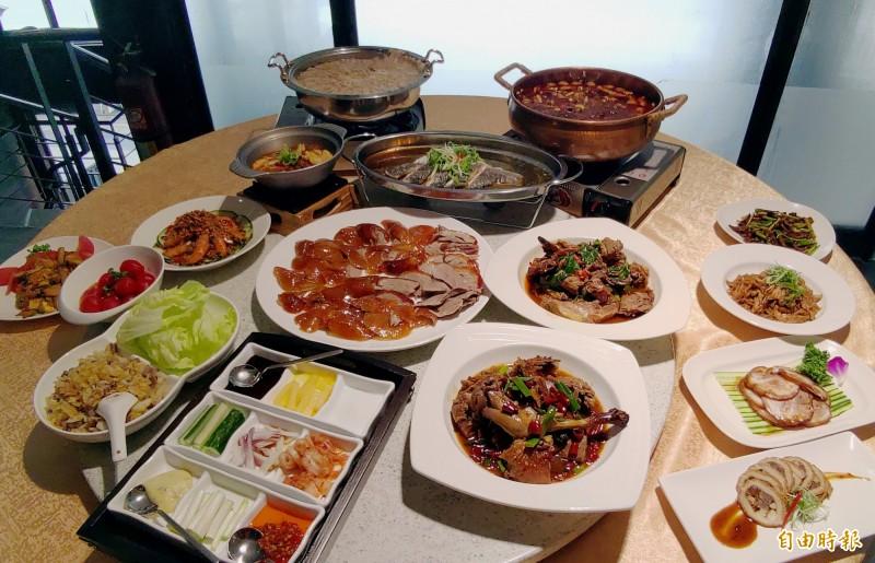柴火火焰烤鴨 除了招牌的烤鴨,還能吃到火鍋、各式北方菜。(記者張菁雅攝)