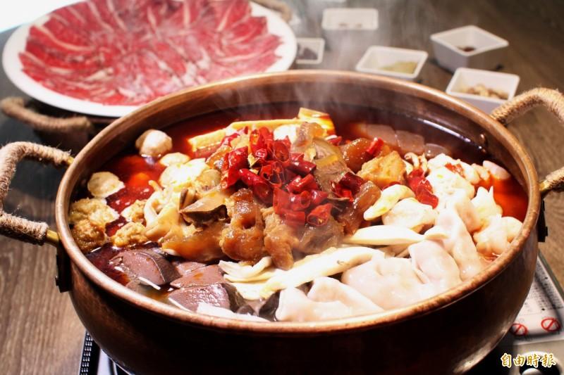 小肥牛的肥牛香辣鍋在柴火火焰烤鴨也吃得到。(記者張菁雅攝)