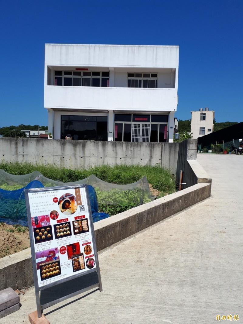新竹市香山區內湖小徑旁的甜點店就叫「沒有名字的甜點專賣」店,有如隱身鄉間的甜點店,但店內環境清爽,讓人享用下午茶都覺很享受。(記者洪美秀攝)