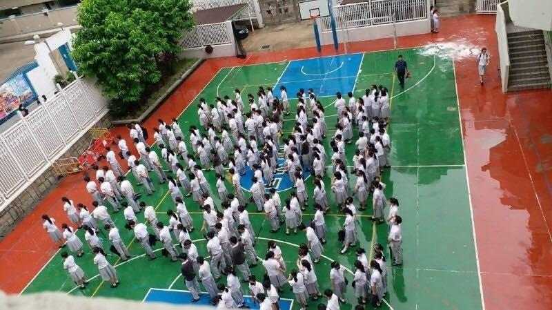 反送中》響應罷課 上百中學生操場淋雨默站