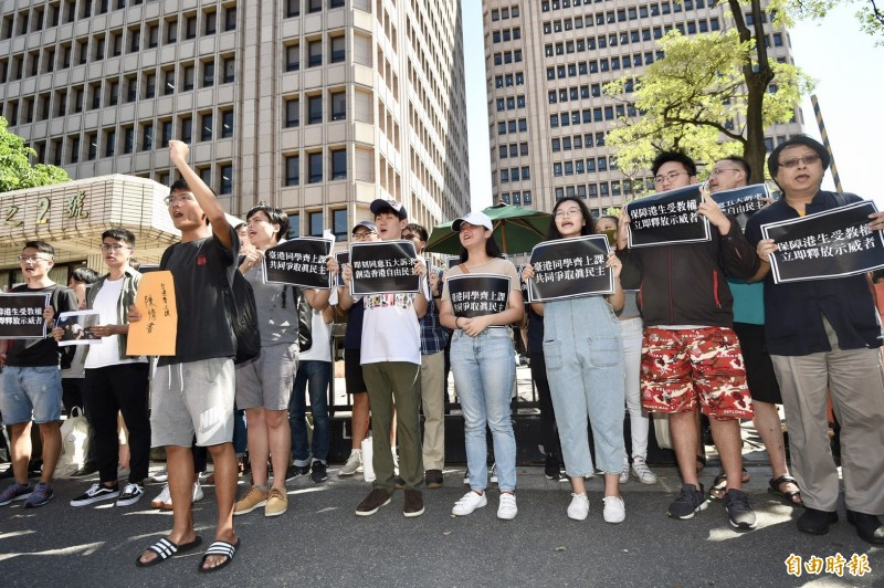 台灣學生聯合會、台灣公民陣線、香港邊城青年等團體2日於陸委會外召開「台港學生共患難,我們一起去上課」記者會。(記者羅沛德攝)