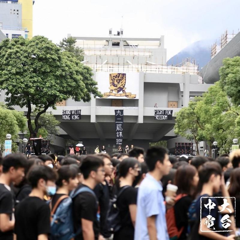 香港中文大學早前不辦開學典禮,學生自行籌辦「中大人的開學禮」,學生會會長蘇浚峰表示,中大被外界稱為「暴大」,代表學生反抗強權,他以此為榮。(照片取自中大校園電台臉書)