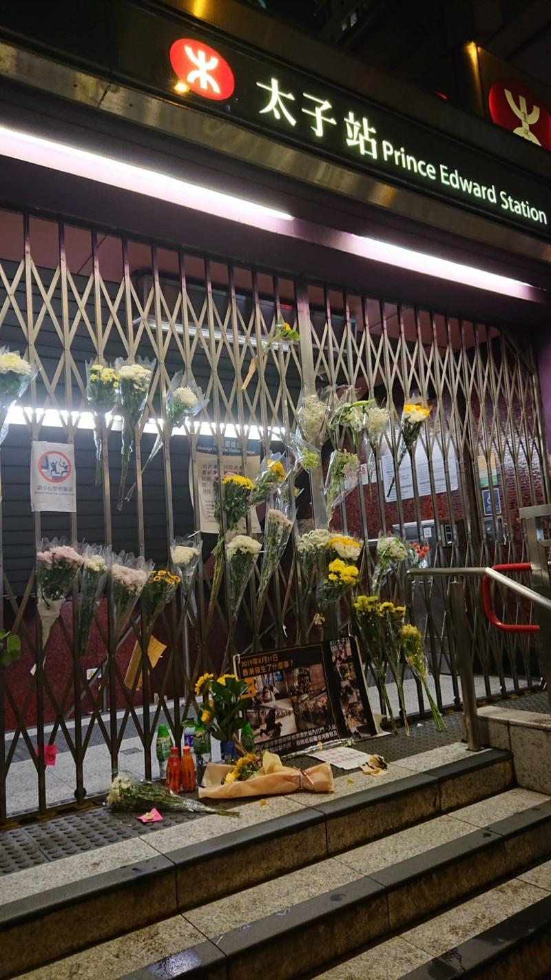 近來網傳當日警方在港鐵太子站執法過當打死人,香港警方今天在例行記者會上否認該項傳言。圖為香港人在太子站外擺放的花束。(臉書_香港獨媒新聞)