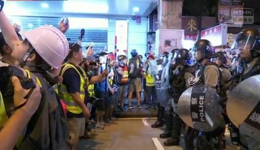 要求警方放人,又高叫警方是「黑社會」。(圖擷取自_香港TG新聞及資訊廣播)