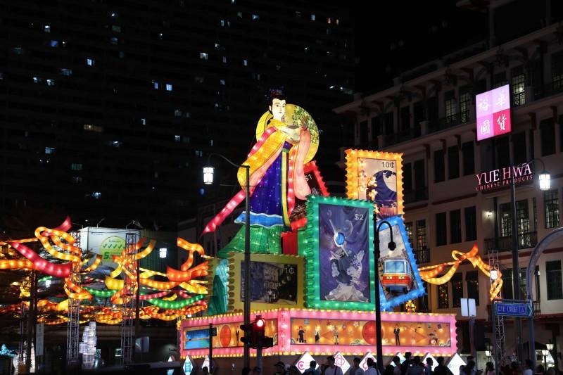 新加坡牛車水慶中秋,今(2)晚正式亮燈,其中高達 11 公尺的嫦娥主燈,奔月形象連結古今,十分搶眼!嫦娥一改原先遭網友毒舌的「陽剛」形象,經過多處「緊急整容」後,恢復「東方古典美女」形象。(中央社)