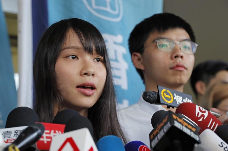 香港眾志成員周庭(左)2018年參加立法會港島區補選時,因為香港眾志提倡「民主自決」而被取消參選資格,周庭不服向高等法院提出申訴,法官今宣判周庭勝訴。(美聯社)