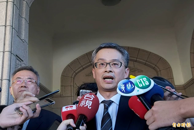 管中閔被判申誡,委任律師陳信宏庭後受訪表示:「無法接受!」(記者陳慰慈攝)