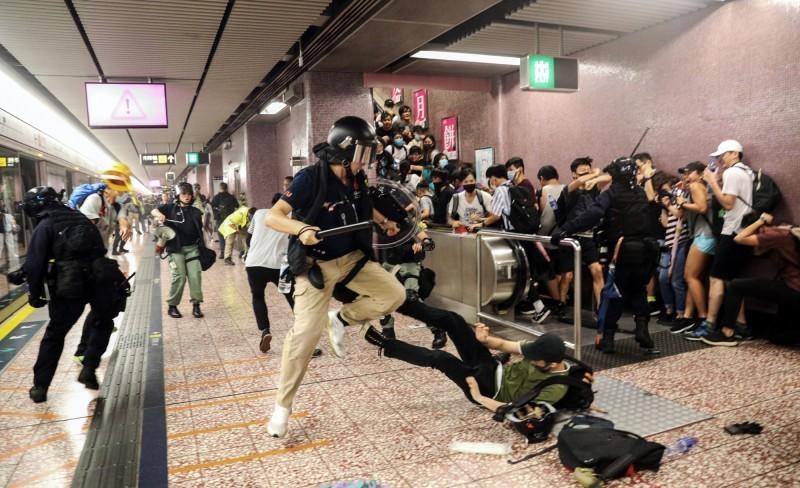 香港831爆發近來最嚴重的警民衝突,警方進入港鐵壓制示威者。(美聯社)