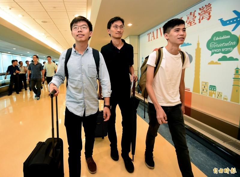 香港眾志秘書長黃之鋒(左起)與立法會議員朱凱迪、學聯前副秘書長岑敖暉3日上午搭機訪台。(記者朱沛雄攝)