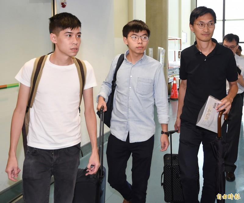 香港眾志秘書長黃之鋒(中)與立法會議員朱凱迪(右)、學聯前副秘書長岑敖暉(左)3日上午搭機訪台。(記者朱沛雄攝)