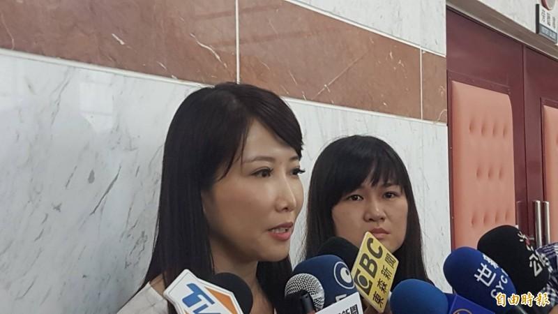 蔡沁瑜(左)受訪時,打臉吳敦義未曾委託張顯耀聯繫郭台銘的說法。(記者丁偉杰攝)