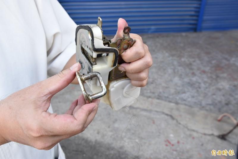 謝姓會計師成功發明汽車車門兩段式安全開啟系統,只要在右邊六角鎖縫中加裝倒勾夾,讓開車門變成兩段式,強迫轉身看有沒有來車。(記者黃淑莉攝)