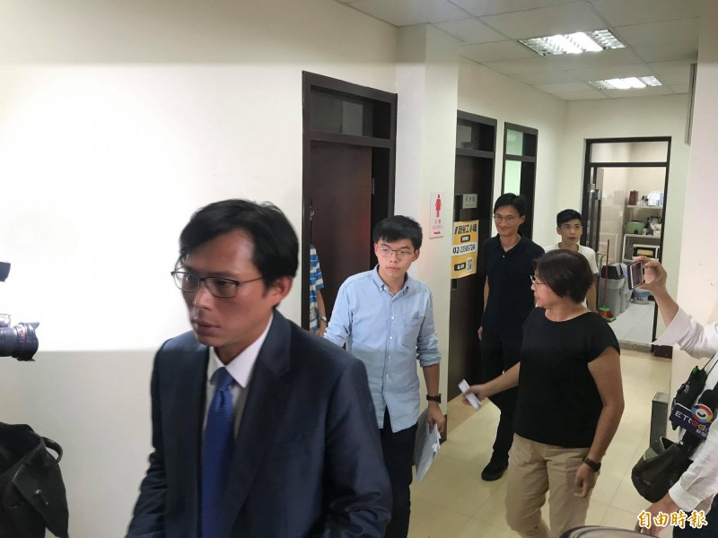 香港眾志秘書長黃之鋒、立法會議員朱凱迪、學聯前副秘書長岑敖暉今拜會時代力量黨團,呼籲台灣社會應站出來支持香港。(記者彭琬馨攝)
